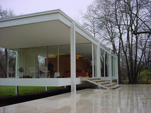 la vivienda consiste en una estructura metlica slo cerrada con vidrio que responde a la concepcin de un mirador con lo que se brinda homenaje a la